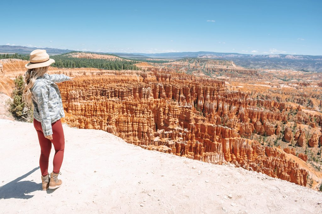 A woman pointing at the hoodoos in Bryce Canyon