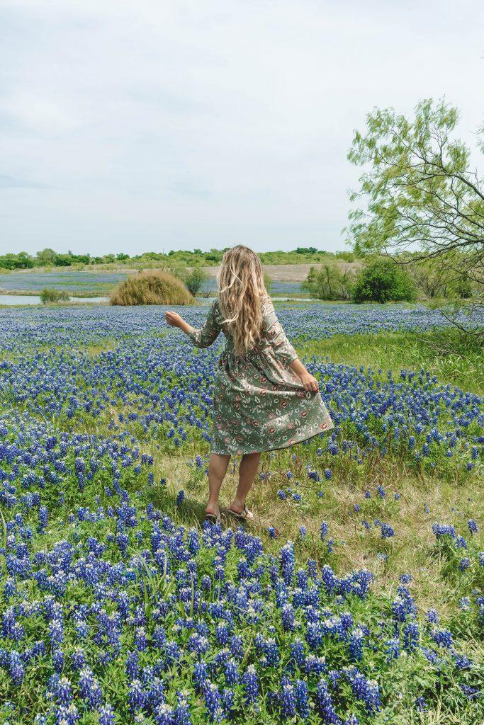 Women in Ennis bluebonnet fields